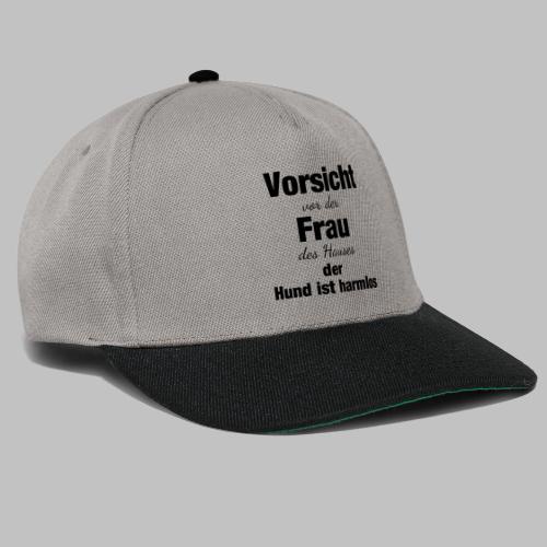 VORSICHT VOR DER FRAU DES HAUSES DER HUND IST - Snapback Cap
