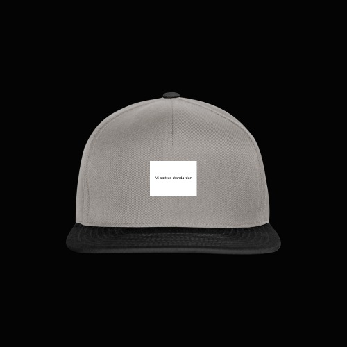 Vi Sætter Standarden - Snapback Cap