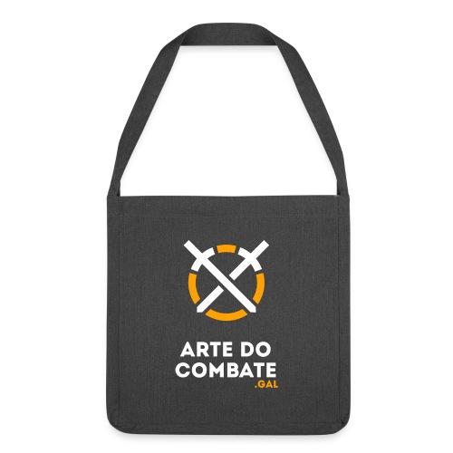 Logo «Arte do Combte» vertical sobre fundo preto - Bandolera de material reciclado