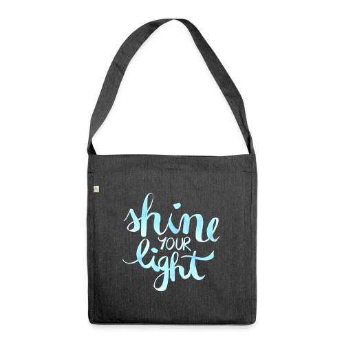 Shine your light lettering hell Affirmation - Schultertasche aus Recycling-Material
