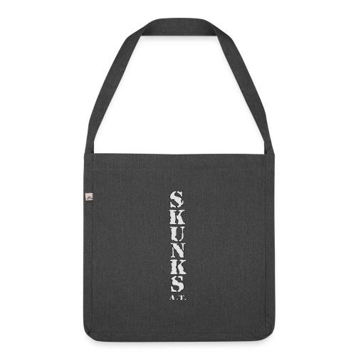 SKUNK_Schrift_Hochkant_08 - Schultertasche aus Recycling-Material