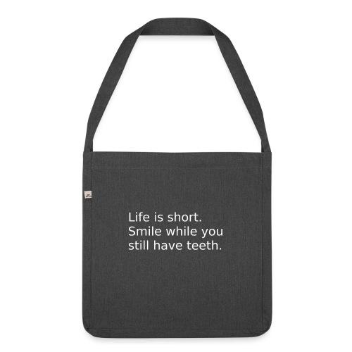 Das Leben ist kurz. Lächle. - Schultertasche aus Recycling-Material
