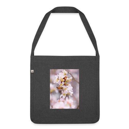 Schöne Biene 1 - Schultertasche aus Recycling-Material