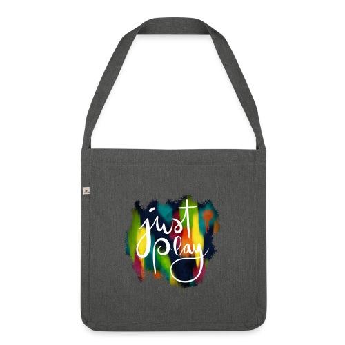 Just Play Lettering auf Farbklecksen - Schultertasche aus Recycling-Material