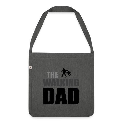 the walking dad auf dem Weg in die lustige Bar - Schultertasche aus Recycling-Material