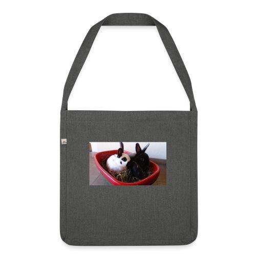 Warme Sachen mit dem Hasenlogo - Schultertasche aus Recycling-Material