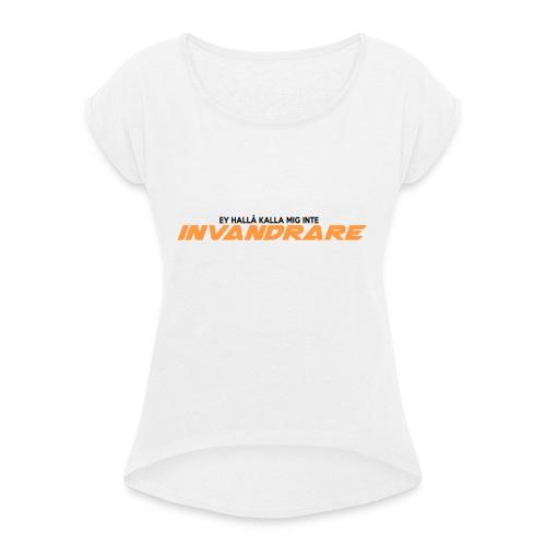 Ey hallå kalla mig inte invandrare (VIT) - T-shirt med upprullade ärmar dam