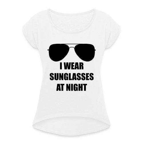 I Wear Sunglasses At Night - Frauen T-Shirt mit gerollten Ärmeln