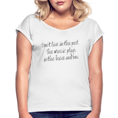 DON'T LIVE IN THE PAST... - Frauen T-Shirt mit gerollten Ärmeln