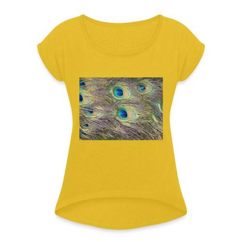 Peacock feathers - Naisten T-paita, jossa rullatut hihat
