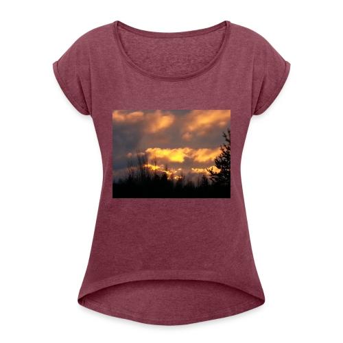 Iltarusko - Naisten T-paita, jossa rullatut hihat