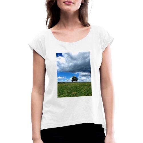 Der einsame Baum - Frauen T-Shirt mit gerollten Ärmeln