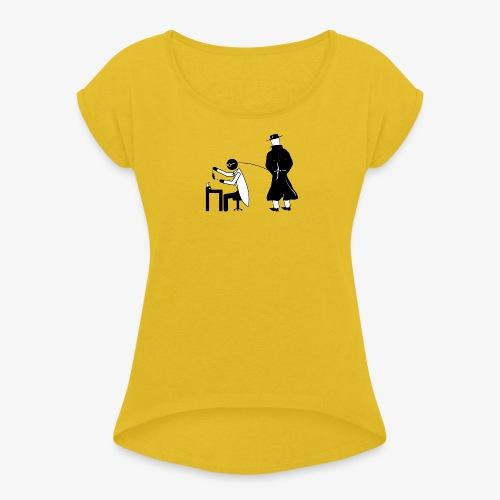 Pissing Man against animal testing. - Frauen T-Shirt mit gerollten Ärmeln