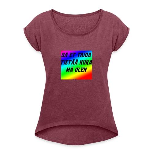 kuka olen - Naisten T-paita, jossa rullatut hihat