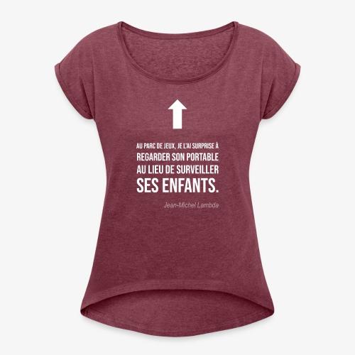 Elle regarde son portable - T-shirt à manches retroussées Femme