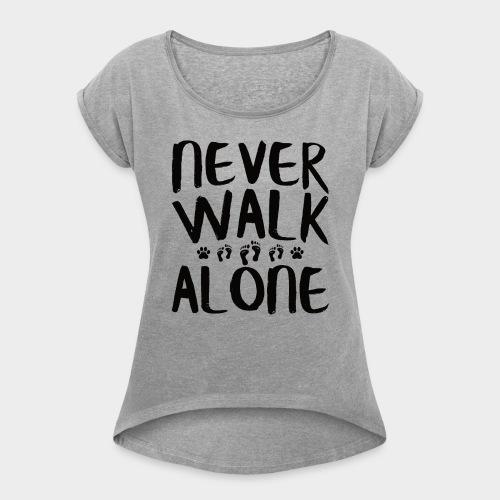 NEVER WALK ALONE | Hunde Sprüche Fußabdruck Pfote - Frauen T-Shirt mit gerollten Ärmeln