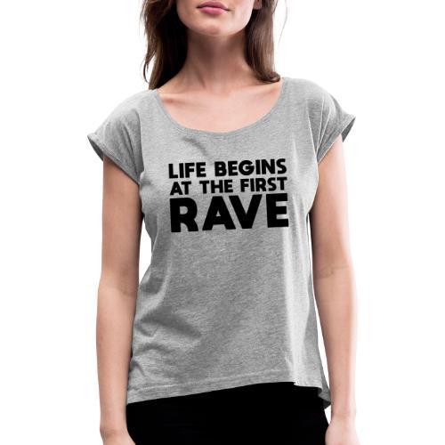 Life begins at the first Rave - Frauen T-Shirt mit gerollten Ärmeln