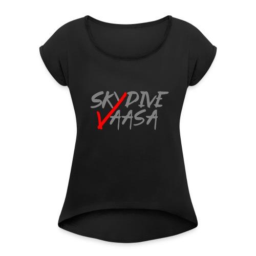Skydive Vaasa Harmaa-Punainen - Naisten T-paita, jossa rullatut hihat