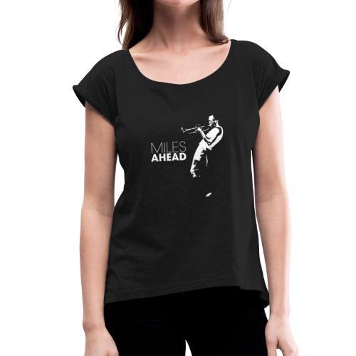 miles ahead white - Vrouwen T-shirt met opgerolde mouwen