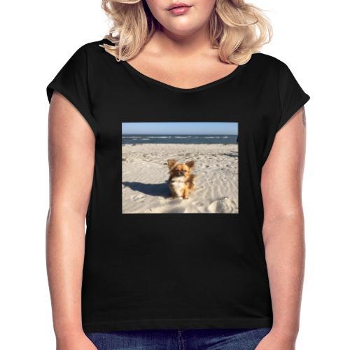Tina am Strand - Frauen T-Shirt mit gerollten Ärmeln