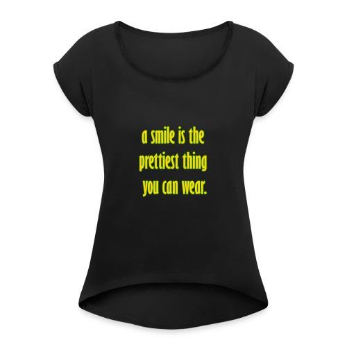 A smile is the prettiest thing you can wear. - Frauen T-Shirt mit gerollten Ärmeln