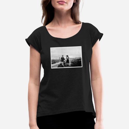 Verliebtes Paar auf Mauer sitzend   Vintage Shirt - Frauen T-Shirt mit gerollten Ärmeln
