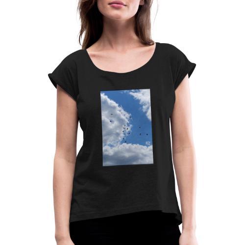 Vögel im Himmel - Frauen T-Shirt mit gerollten Ärmeln