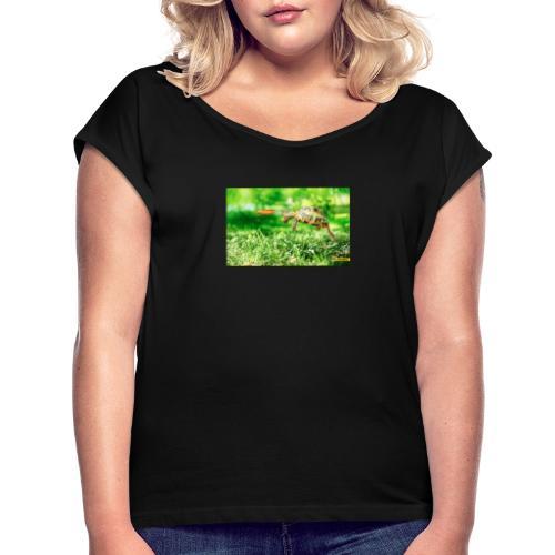 Żołw aportujący frisbee - Koszulka damska z lekko podwiniętymi rękawami