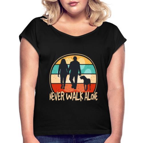 Hundehalter mit Hund Never Walk Alone - Frauen T-Shirt mit gerollten Ärmeln
