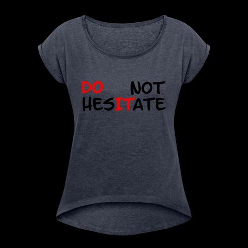 T-Shirt mit der Aufschrift Do not hesitate - Frauen T-Shirt mit gerollten Ärmeln