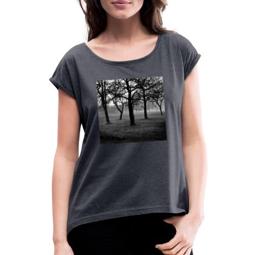Nebelbäume - Frauen T-Shirt mit gerollten Ärmeln
