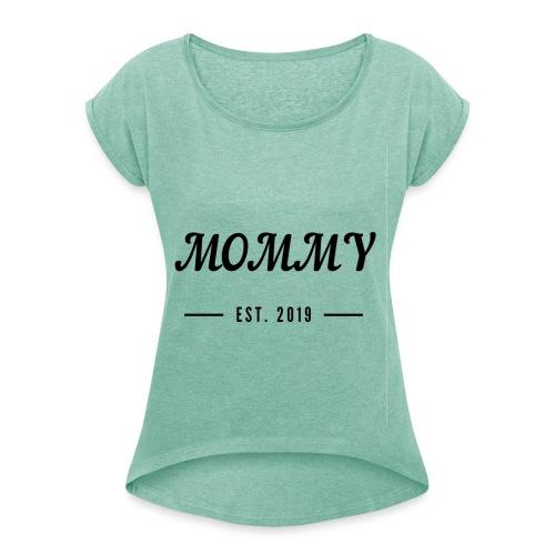 Mommy since 2019 - Frauen T-Shirt mit gerollten Ärmeln
