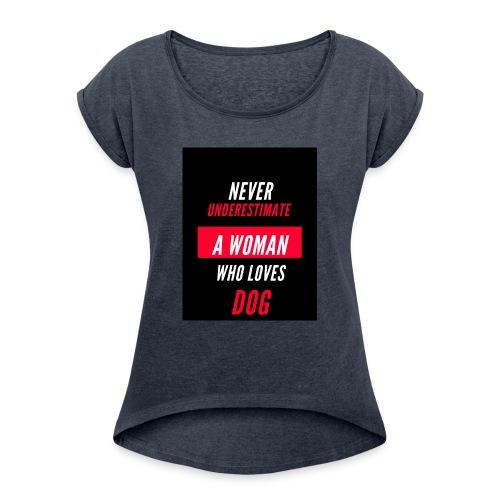 NEVER UNDERESTIMATE A WOMAN WHO LOVES DOG - T-shirt à manches retroussées Femme