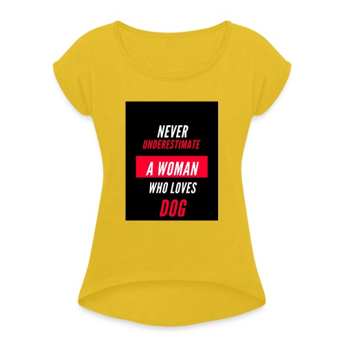 NEVER UNDERESTIMATE A WOMAN WHO LOVES DOG - T-shirt à manches retroussées Femme
