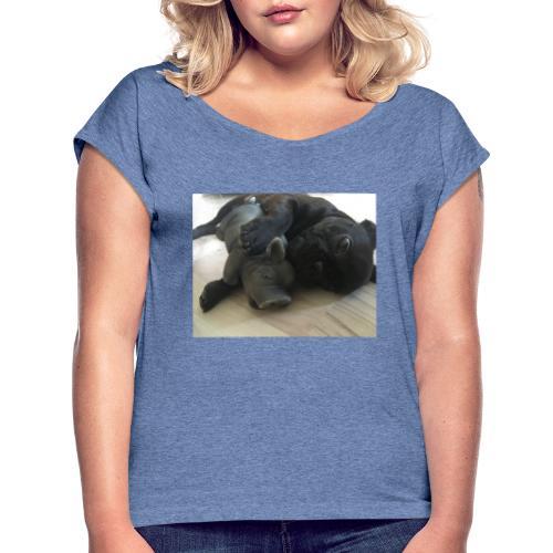 kuschelnder Hund - Frauen T-Shirt mit gerollten Ärmeln