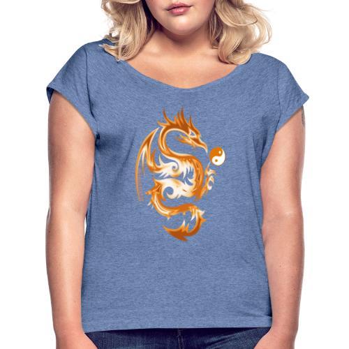Der Drache spielt mit der Energie des Lebens. - Frauen T-Shirt mit gerollten Ärmeln