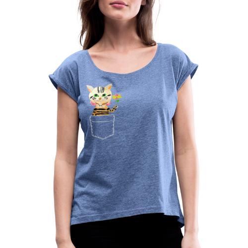 Katze bringt Blume als Geschenk und Glückwünsche - Frauen T-Shirt mit gerollten Ärmeln