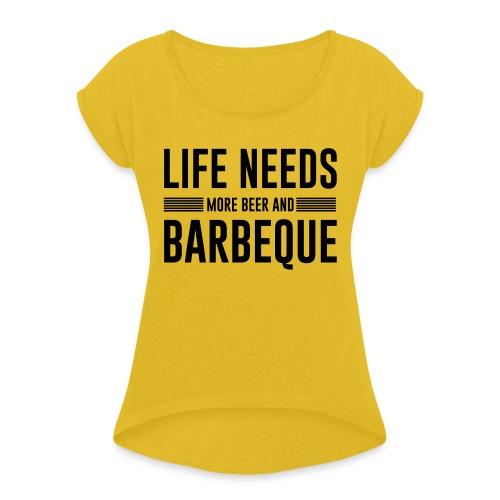 life needs more beer and barbeque - Frauen T-Shirt mit gerollten Ärmeln