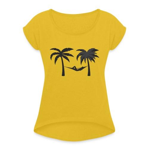Hängematte mitzwischen Palmen - Frauen T-Shirt mit gerollten Ärmeln