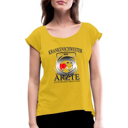 Krankenschwester weil Ärzte auch Helden brauchen - Frauen T-Shirt mit gerollten Ärmeln