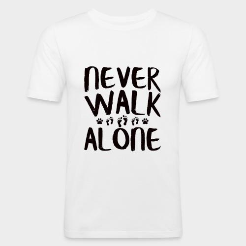 NEVER WALK ALONE | Hunde Sprüche Fußabdruck Pfote - Männer Slim Fit T-Shirt