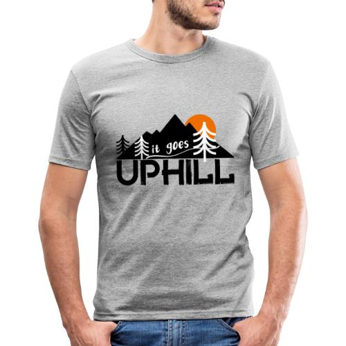 it goes uphill Mountain Outdoor Trekking Wandern - Männer Slim Fit T-Shirt