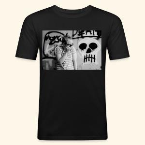 Black humor with a skull - Miesten tyköistuva t-paita