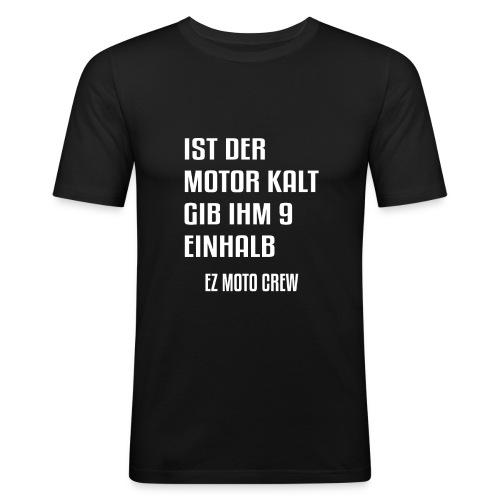 Ist der Motor kalt, gib ihm 9,5 | EZ MOTO CREW - Männer Slim Fit T-Shirt