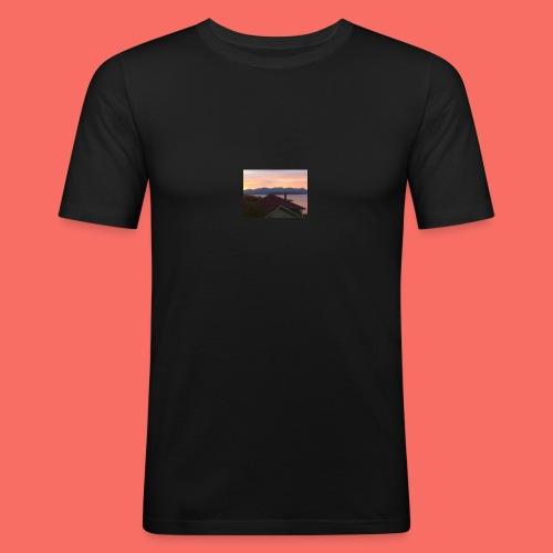SOLEN GÅR NER BAKOM BERGEN I HARSTAD - Slim Fit T-shirt herr