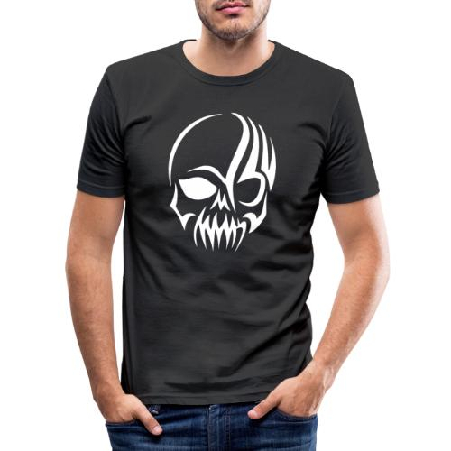 Tribal Skull white mit Logo - Männer Slim Fit T-Shirt