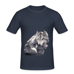 wolf and forest - Camiseta ajustada hombre