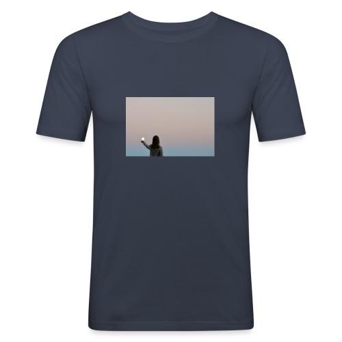MOON - Miesten tyköistuva t-paita