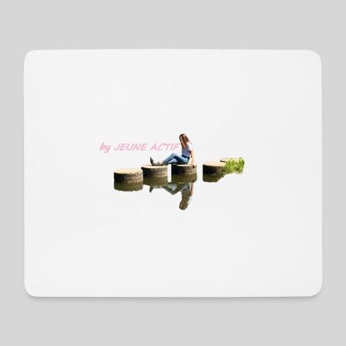 Femme brune sur pillier - Tapis de souris (format paysage)